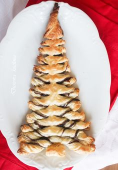 Puff Pastry Tree by dusiowakuchnia.pl: Make it sweet with poppy seeds, nutella or biscoff spread or make it savory with pesto or dried tomatoes and pine nuts : ) #Pastry #Christmas_Tree