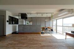 新素材「モールテックス」を使用したキッチンを中心に、ヴィンテージ感あふれる空間となったLDK。大きな窓からあたたかな日差しが降り注ぎます。室内窓をもうけて隣室にも明るさを。 #スクールバス空間設計 #キッチン #マンションリノベーション #無垢材 #モールテックス #ダイニング #室内窓 #リノベりす Home Decor Kitchen, Home Kitchens, Muji Haus, Re Room, School Bus House, Room Interior, Interior Design, Home Design Living Room, Living Styles