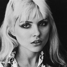 In honor of her birthday today, we're showing you how to adapt Debbie Harry's iconic smoky eye for summer. Click through for 5 tips to master the Blondie frontwoman's spot-on glamour. Our Beauty Muse: Debbie Harry We will always back a classic grey… Blondie Debbie Harry, Debbie Harry Hair, Rainha Do Rock, Lynn Goldsmith, Celebrity Makeup Looks, Celebrity Beauty, Shotting Photo, Estilo Rock, We Will Rock You