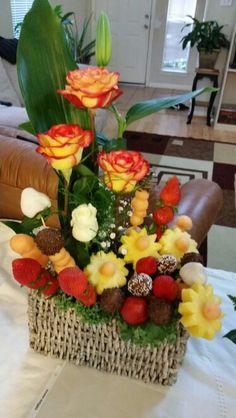 Arreglo de Flores y fruta! Basket Flower Arrangements, Creative Flower Arrangements, Edible Arrangements, Deco Floral, Floral Design, Fruit Hampers, Edible Bouquets, Vegetable Carving, Fruit Flowers