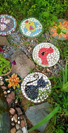 Mosaic Garden Art, Mosaic Diy, Mosaic Crafts, Mosaic Projects, Cement Art, Concrete Crafts, Mosaic Stepping Stones, Stone Mosaic, Garden Crafts