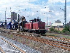 2007.09.03.  212-047 durcheilt Wetzlar mit Schotterwagen
