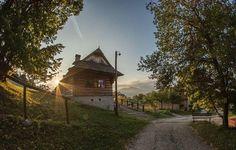 Prvé lúče slnka vo Vlkolínci    #praveslovenske od  @jardo_photo_video