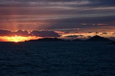 Les dernières lueurs du soleil au large de #Marseille (Canon EOS 550D)