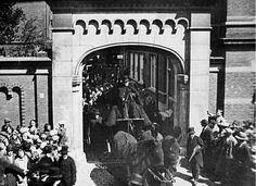 Er is grote belangstelling voor de uitvaart van een door de politie doodgestoken staker. Op de foto verlaat de rouwkoets het Coolsingelziekenhuis via de poort die toegang geeft tot de Van Oldenbarneveltstraat. Of het dezelfde poort is die je tegenwoordig op de Lijnbaan kunt vinden weet ik niet zeker. De foto komt uit 1927.