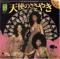 Three Degrees / スリー・ディグリーズのシングル「天使のささやき」のレコード・ジャケットに直筆サインを掲載しています。