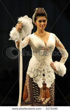love the hair do Indonesian Kebaya, Indonesian Women, Batik Kebaya, Kebaya Dress, Kebaya Wedding, Wedding Gowns, Model Kebaya, Ethnic Outfits, Ethnic Fashion