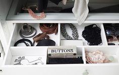 Uma gaveta baixa é o lugar ideal para guardar os acessórios favoritos