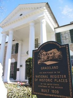 Graceland in Memphis. Elvis Presley House, Elvis Presley Graceland, Elvis Presley Family, Lisa Marie Presley, Elvis And Priscilla, Graceland Mansion, Belly Dancing Classes, We Will Rock You, Tennessee Vacation