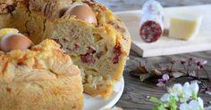 Il casatiello napoletano è un lievitato salato tipico della Campania, farcito con uova sode, salumi e formaggi. Per tradizione si mangia a Pasqua.