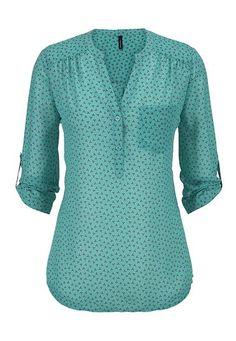 Quiero esta blusa. El precio es baja. Me gusta llevar esta blusa azul.