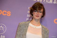 Charlotte Le Bon au Festival de l'Alpe d'Huez porte les lunettes rondes.