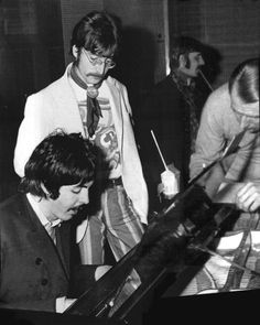 Paul shows his ideas for the section to Sgt Peppers Lonely Hearts Club Band to George Martin & John. John Lennon Beatles, The Beatles, Great Bands, Cool Bands, Sgt Pepper Album, Beatles Sgt Pepper, Richard Starkey, George Martin, Lennon And Mccartney