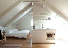 aménagement mansarde en cuisine et chambre: parquet et murs blancs