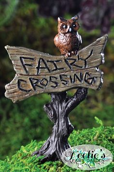 This perching owl in this fairy garden sign is adorable, right? Love it! : www.teelieturner.com  #fairygarden