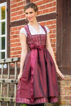 Rotes Dirndl mit Ornamentmuster von Anuschka Späth. Das Model Nizza überzeugt mit edlem Trachtencharme in Rot. Rock und Mieder sind aus dem gleichen rotem Stoff gefertigt in dem ein dunkelrotes Ornamentmuster eingewebt wurde. Der mit... Drindl Dress, Costume Dress, The Dress, Pink Carpet, Vintage Stil, Sweet Dress, Models, Mode Inspiration, Character Inspiration