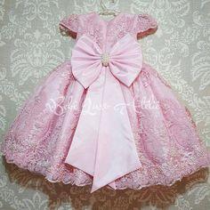 Modelo maravilhoso de vestido infantil da @bebeluxoatelie . Eu que sou mãe de 2 meninas tenho vontade de comprar um de cada cor!