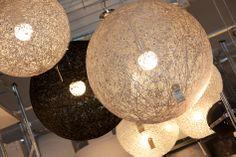 Deze lampen in verschillende kleuren koop je bij Woon!