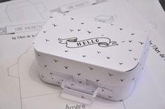 DIY paper mini suitcase with free printable template from L'Art de la Curiosité. Printable Box, Templates Printable Free, Free Printables, Box Templates, Paper Games, Paper Toys, Diy Paper, Paper Crafts, Kraft Paper