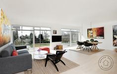 Stue med panoramavinduer.