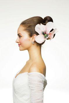 艶やかな花を咲かせた優雅なタイトアップ/Side|ヘアメイクカタログ|ザ・ウエディング