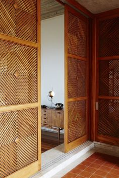 Fulfilling my obsession with wall dividers is this beauty - Brazilian Brutalism: Chez Georges Private Villa in Rio de Janeiro Interior Modern, Home Interior, Interior Architecture, Interior And Exterior, Interior Design, Design Hotel, Home Design, Deco Design, Design Design