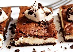 Brownies s tvarohem 120 ghořké čokolády 120 ghnědého cukru 120 gmásla 60 ghladké mouky 2 ksvejce Na náplň: 250 gfrischkäse nebo klasického tvarohu 60 gcukru 1 ksvejce 1 sáčekvanilkového cukru