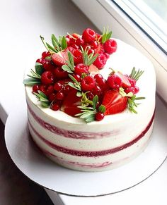 Food Drink - Cake Decorating Ideas - Dress Up Your Cake With Fruit. Cake Decorating Fruitcake Ideas 2 Strawberry Raspberry Cake c Pretty Cakes, Beautiful Cakes, Amazing Cakes, Food Cakes, Cupcake Cakes, Cupcakes, Cheesecake Wedding Cake, 30 Cake, Fresh Fruit Cake