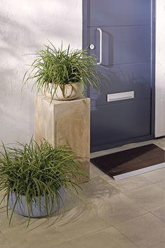 Ga voor een stoere aankleding met moderne potten en planten #voordeur