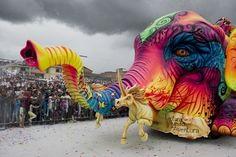 南米コロンビアのパストで恒例の「黒と白のカーニバルが開催されている。2日から7日までの日程で毎年開催されるこのカーニバルは、コロンビア南部では最も重要な祭りとされ、ユネスコの無形文化遺産にも登録されている。
