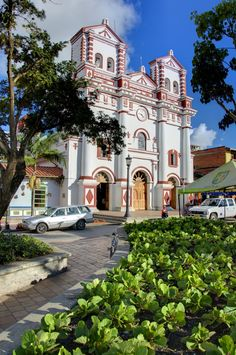 Iglesia de Guatape, Antioquia Colombia Cathedral Basilica, Cathedral Church, Places Around The World, Travel Around The World, Around The Worlds, Colombian Cities, Colombian Culture, Ecuador, South American Countries