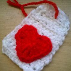 Etiqueta corazón;hecha de ganchillo y siguiendo el tutorial de Bluu