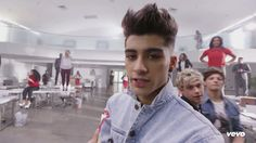 Did anyone else notice Louis and Niall dancing in the background... lol love them :) <3