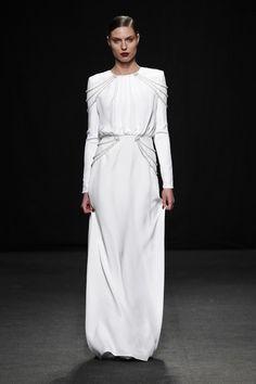 Vestido de novia con perlas de Jorge Acuña. #vestidodenovia #weddingdress #tendenciasdebodas