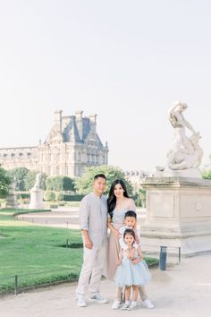 Early morning family shoot in Paris in Tuileries Garden and the Louvre. Family Photo Sessions, Family Photos, Couple Photos, Eiffel, Paris Photos, Louvre, Tuileries Paris, Photoshoot, Early Morning