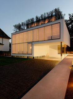 Casa minimalista con piscina en el sótano, por Christ Christ Architects - Interiores Minimalistas