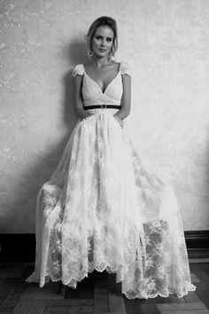 Delicadeza e feminilidade são dois aspectos dos vestidos retrô, segundo a estilista Penha Maia. De Pó de Arroz.