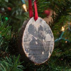 No vas a creer lo fácil que es hacer estas transferencias foto adornos de Navidad en las rebanadas de registro.  Un gran regalo de encargo !:
