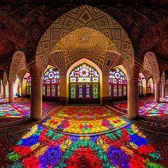 Mesquita é iluminada por um caleidoscópio de cores do arco-íris