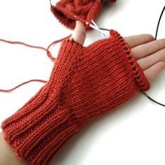 Описание процесса вязания варежек с косой и индийским клином, Вязание для женщин выкройки блузок Crochet Gloves Pattern, Baby Sweater Knitting Pattern, Sweater Knitting Patterns, Knitting Designs, Knitting Socks, Baby Knitting, Knit Crochet, Baby Mittens, Knit Mittens