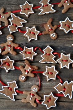 Gingerbread Cookie Garland Website Is In Another Language Pinning So I Can Do Something Like This For The Kitchen Thinking Cinnamon Ornaments And White