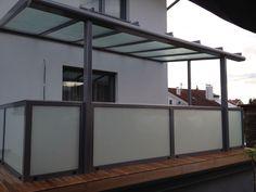 Terrassenüberdachung Glas mit Geländer aus Alu & Milchglas
