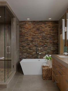 Banheiros com parede de pedra