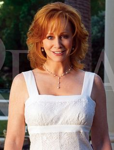 Cute Pixie Cut Of Reba Reba is one of the most stunning, glamorous, and elegance one can't get enough of to admire superstar in the high sky of Hollywood. Country Female Singers, Country Music Singers, Country Artists, Cute Pixie Cuts, Reba Mcentire, Grunge Hair, Celebs, Celebrities, Trends