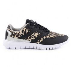 Stoere en sportieve sneakers voor dames met een witte rubberen zool. De sneakers zijn zwart met een luipaardprint. Op de zijkanten van de hak zit een metallic laagje. De sneakers zitten lekker licht aan je voeten waardoor ze extra comfortabel zitten. De b