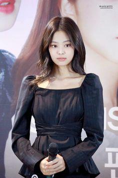 Kim Jennie, Blackpink Fashion, Korean Fashion, Kpop Girl Groups, Korean Girl Groups, Rapper, Lisa, Thing 1, Blackpink Photos