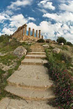 Uno scorcio sul Tempio di Hera nella Valle dei Templi (Agrigento).