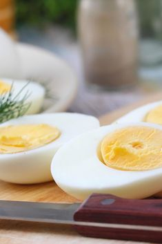 This viral hack will make your hard-boiled egg pop out of its shell Hard Boiled, Boiled Eggs, Egg Hacks, Metabolism Boosting Foods, Vanilla Sauce, Green Tea Benefits, Protein Rich Foods, Before Us, Food Lists