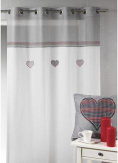 Voilage étamine brodée coeur avec parement haut. Il apportera une touche de romantisme à votre intérieur.