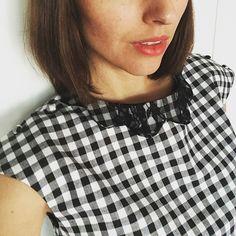 Austen du we (prête pour ce soir 👯 la tenue et la tête de circonstance dans ma story)en Vichy noir et blanc col doublé dentelle et petits boutons recouverts ❤ et le patron sort mercredi 🙌🙌🙌 bon we! #dessinemoiunpatron #blouseausten #robeausten #patrondecouture #sewing #sewingpattern #sewingaddict #coutureaddict #dentelle #lace #vichy #blackandwhite #jeportecequejecoudsetjekiffe #soon #nouvellecollection